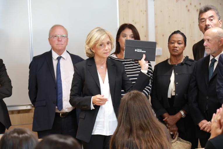 Remise tablettes Argenteuil Valérie Pécresse